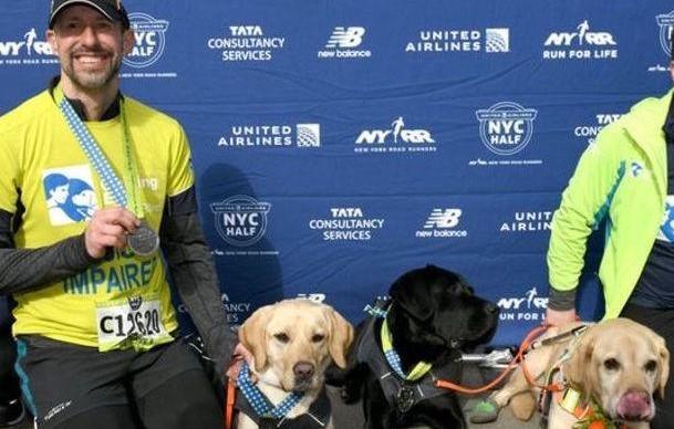 Cлепой мужчина пробежал Нью-Йоркский полумарафон с тремя собаками