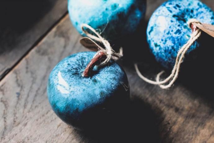 Глазурные яблоки, тарелки с бабочками и «Голубая Обнаженная»: марки авторской керамики, на которые стоит обратить внимание