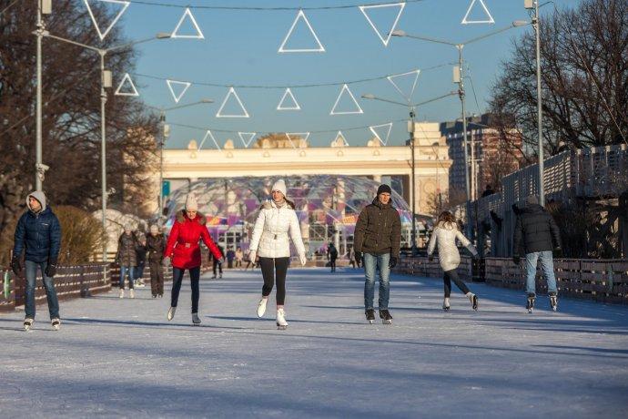 Зима продолжается: катайся на главных катках Москвы бесплатно!