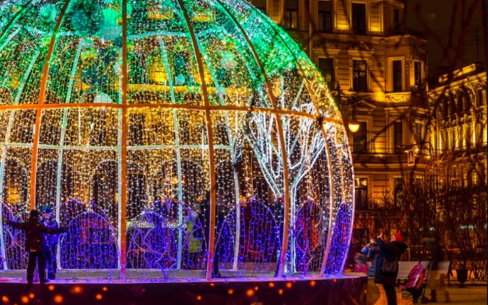 Готовь сани летом: чем отличается новогодний декор городов в Москве и Европе