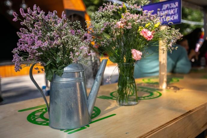 Композиции из цветов для оформления стола молодоженов: обзор дизайнерских решений