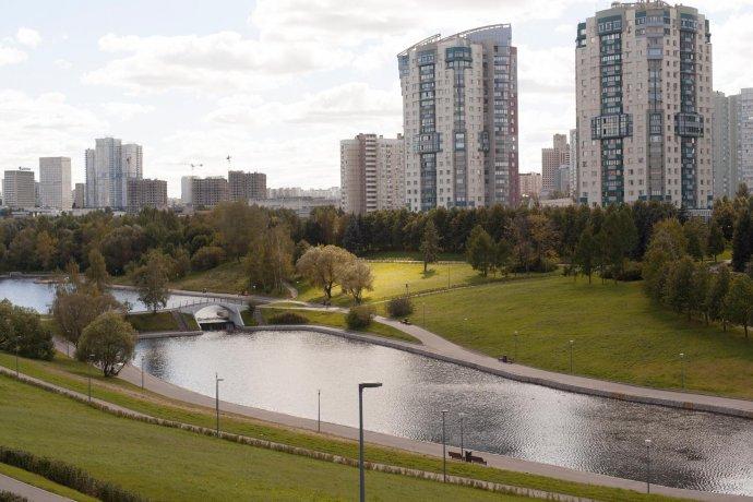 Как выглядит обновленный парк Олимпийской деревни в Москве