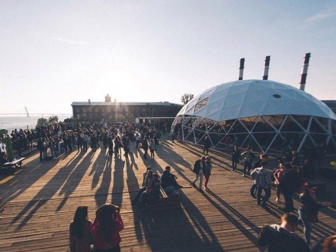 Музыка на крыше: кто выступит этим летом на Roof Fest?