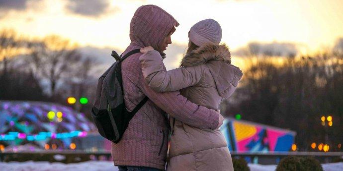 Самый теплый день зимы: влюбленные пары в Парке Горького
